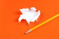 Foro di carta arancione violento. Bianco strappante della parte interna Fotografia Stock Libera da Diritti