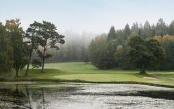 Foro di golf sopra il lago con le riflessioni Fotografia Stock