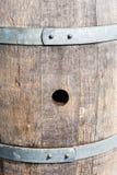Foro di tappo in vecchio barilotto di legno fra le bande Fotografie Stock Libere da Diritti