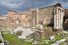 Foro imperial del emperador Augustus Ventanas viejas hermosas en Roma (Italia) Foto de archivo
