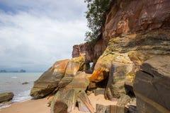 Foro naturale sulle rocce variopinte a Laem Chamuk Khwai, Krabi, Tailandia del sud Immagine Stock