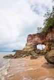 Foro naturale sulle rocce variopinte a Laem Chamuk Khwai, Krabi, Tailandia del sud Immagini Stock Libere da Diritti