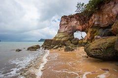 Foro naturale sulle rocce variopinte a Laem Chamuk Khwai, Krabi, Tailandia del sud Fotografia Stock