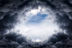 Foro nelle nuvole drammatiche fotografie stock libere da diritti