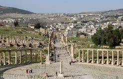 Foro (plaza oval) en Gerasa (Jerash), Jordania Foto de archivo libre de regalías
