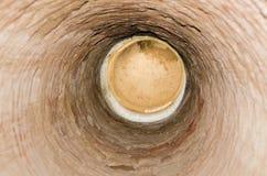 Foro in profondità nel soffitto Dentro la caverna con il foro diretto sul soffitto della caverna immagini stock