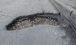 Foro profondo nell'asfalto fotografie stock libere da diritti