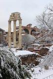 Foro romano bajo nieve Foto de archivo libre de regalías