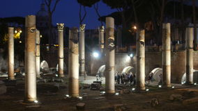foro romano en la noche, Roma, Italia, 4k almacen de video