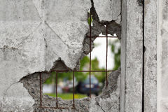 Foro in un muro di cemento Fotografia Stock