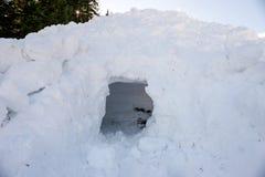 Foro vuoto nella neve, parte della valanga Immagini Stock