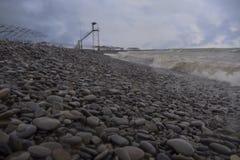 foros regionu morza czarnego brzegu Kamienna plaża Morze przed deszczem zdjęcie stock