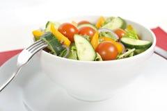 Forquilha com a bacia de salada saudável dos vegetais Fotografia de Stock