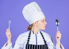 Forquilha da colher do utensílio da posse do cozinheiro chefe da mulher Apetite e gosto Refeição culinária tradicional Cozinheiro imagem de stock royalty free