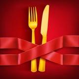 Forquilha e faca douradas com as duas fitas de cruzamento do cetim Molde do menu Fotografia de Stock
