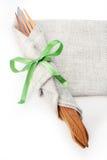 Forquilha e faca envolvidas em uma tela de linho Fotografia de Stock Royalty Free