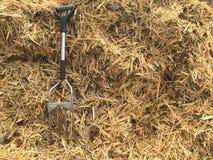 Forquilha e palha de canteiro do jardim Fotografia de Stock