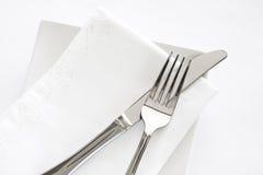 Forquilha, faca e ajuste branco da tabela do guardanapo Imagem de Stock Royalty Free