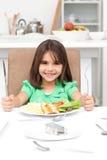 Forquilhas adoráveis da terra arrendada da menina do llittle a comer Imagem de Stock Royalty Free