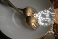 Forquilhas de prata alemãs da sobremesa na placa Foto de Stock