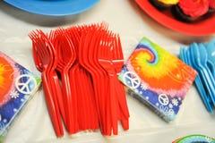 Forquilhas descartáveis plásticas brilhantes na tabela Fotografia de Stock Royalty Free