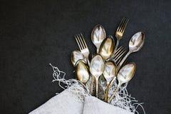 Forquilhas e colheres na toalha de mesa Foto de Stock