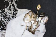 Forquilhas e colheres na toalha de mesa Imagem de Stock Royalty Free