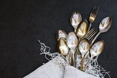 Forquilhas e colheres na toalha de mesa Foto de Stock Royalty Free
