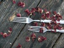 Forquilhas. Uns utensílios de mesa. Uma tabela de madeira velha. Fotos de Stock Royalty Free