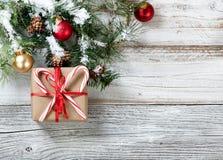 Forre a caixa de presente envolvida com os bastões de doces para a época natalícia foto de stock