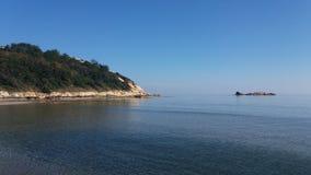Forrest, Bucht und ruhiger See lizenzfreies stockbild