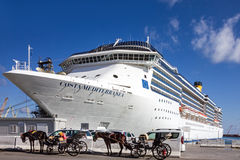 Forro Costa Mediterranea do cruzeiro no porto marítimo Palermo, Sicília, AIE Fotos de Stock