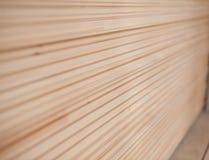Forro de madeira dobrado em uma serração Placas empilhadas do amieiro como a textura Foto de Stock
