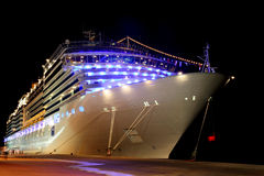 Forro moderno grande do cruzeiro na doca Imagem de Stock Royalty Free