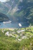 Forros do cruzeiro no porto marítimo de Geirangerfjord com turistas o 29 de junho de 2016 em Geiranger, Noruega Foto de Stock Royalty Free
