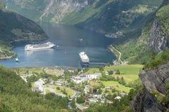 Forros do cruzeiro no porto marítimo de Geirangerfjord com turistas o 29 de junho de 2016 em Geiranger, Noruega Imagem de Stock