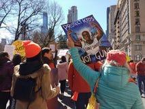Fors för universitetslärare` t, mars för våra liv som protesterar vapenvåld, NYC, NY, USA arkivfoto