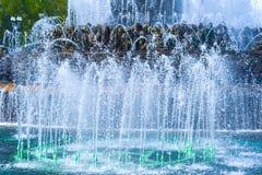 Forsa av vatten av en springbrunn Arkivfoto