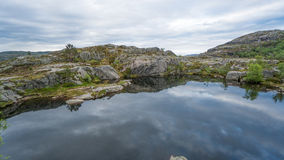 Forsand,挪威- 2016年5月28日:布道台(讲坛岩石)远足足迹的湖 免版税库存照片
