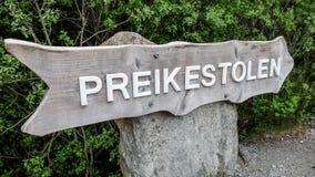 Forsand, Noorwegen - Mei 28, 2016: De verkeersteken van Preikestolen, Preekstoelrots in Noorwegen Stock Fotografie