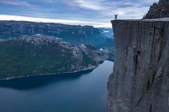 Forsand, Noruega - 28 de maio de 2016: Vista da parte superior de Preikestolen, rocha do púlpito fotos de stock