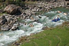 Forsar i en bergflod i Nepal royaltyfria foton