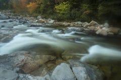 Forsar och nedgånglövverk på den snabba floden, New Hampshire Arkivbilder