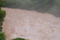 Forsar och stor volym av vatten som flödar ner en flod Arkivbilder