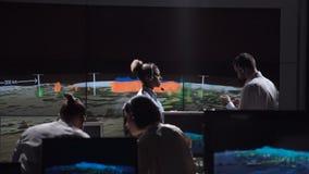 Forscher analysieren Verhalten des Sturms stock video footage