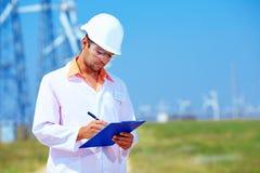 Forscher analysiert Auslesen auf Windkraftanlage Stockbild