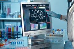 Forscher, der den Schirm des Berichts der strukturellen Analyse berührt stockbild