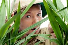 Forscher, der durch den Dschungel erhält lizenzfreie stockbilder