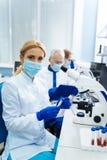 Forscher, der eine Entdeckung in der Medizin macht Lizenzfreie Stockfotografie