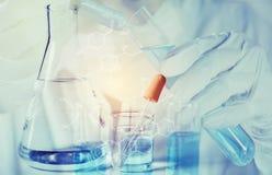 Forscher mit Glaslaborchemischen Reagenzgläsern mit Flüssigkeit für analytische, medizinische, pharmazeutische und wissenschaftli lizenzfreies stockbild